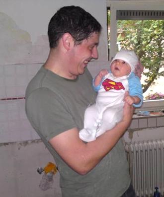 Mit Papa in unserer neuen Küche.