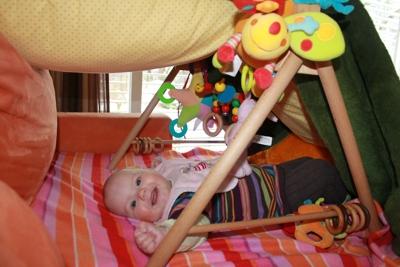 Ein paar Decken, Kissen und mein Spielzeug: Meine Höhle.