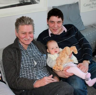 Mila Victoria mit Opa, Papa und Elmar