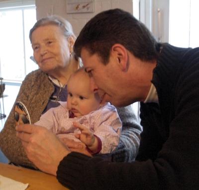 Opa Klausi zeigt mir einen Flaschenöffner.