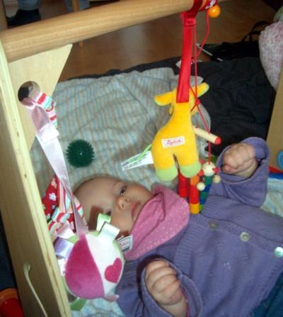 Da hängen ganz viele Spielsachen.