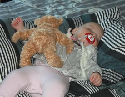 Mila und ihr Teddy.