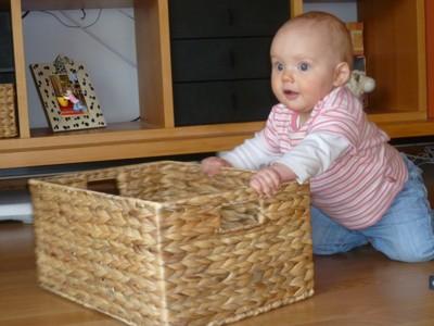 Mila spielt mit ihrem Korb.