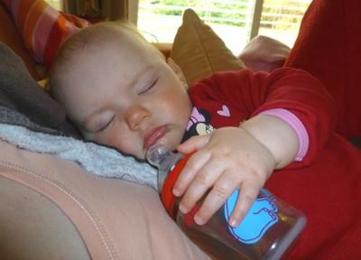 Mit der Flasche eingeschlafen.