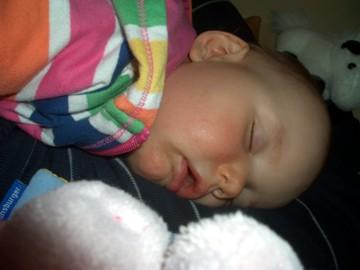Mila schläft auf Ihrem Papa.