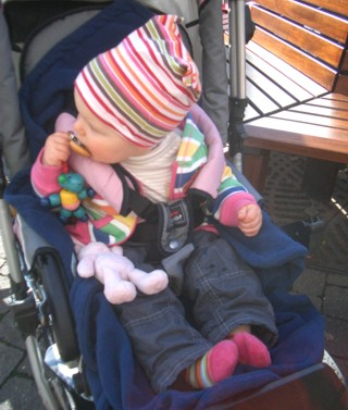 Mila mit Urmel, Hasen und gestreifter Mütze.