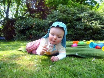 Mila mampft Blumen.