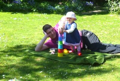 Mila baut einen Turm mit Papa.