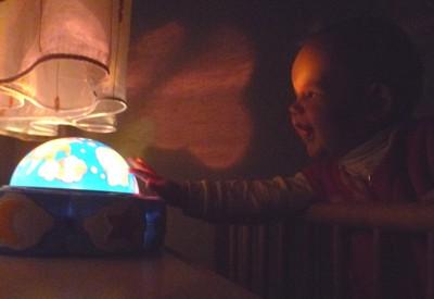Mila spielt mit ihrem Schlummerlicht.