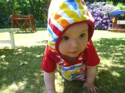 Mila krabbelt im Garten.