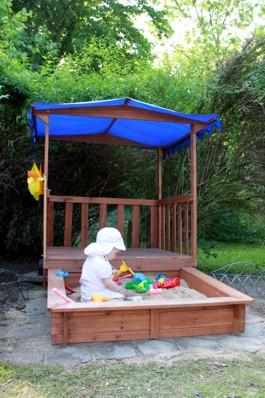Mila in der Sandkiste