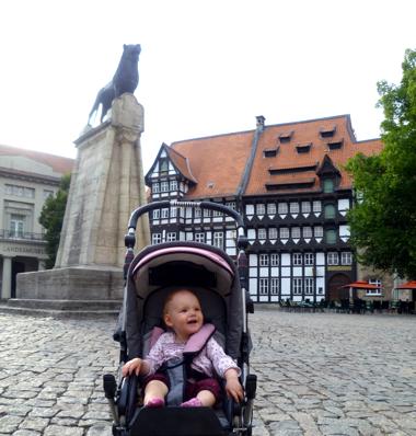 Mila und der Braunschweiger Löwe.