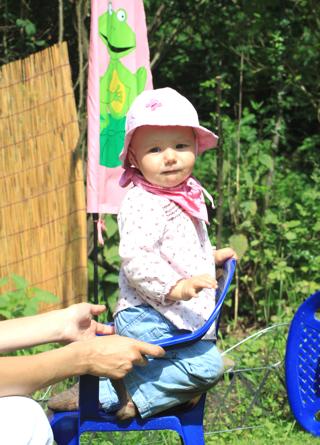 Mila auf ihrem Gartenstuhl
