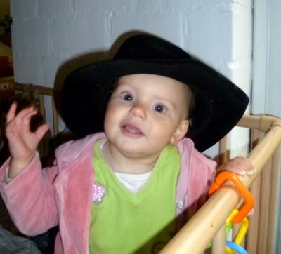 Mila mit Hut.