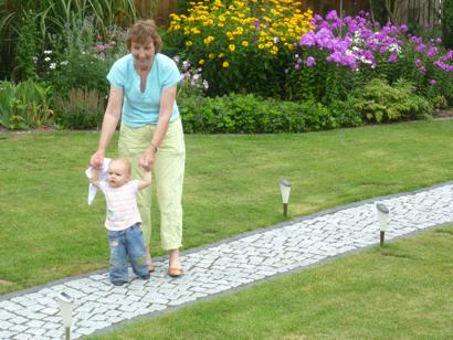 Mila und Oma im Garten.
