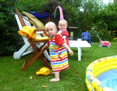 Mila und Amelie am Pool.