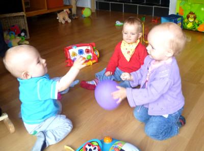 Mila, Eliah und Amelie spielen Ball.