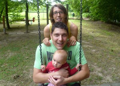 Mila, Mama und Papa auf dem Spielplatz.
