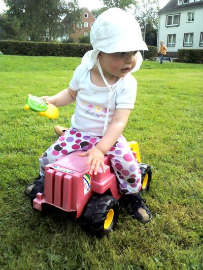 Mila fährt Traktor.