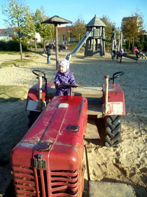 Mila auf dem Traktor.