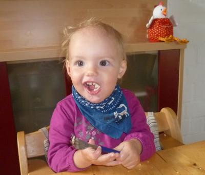 Mila isst mit Gabel.