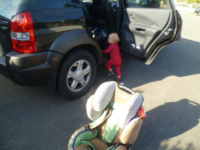 Mila steigt im SUV ein.