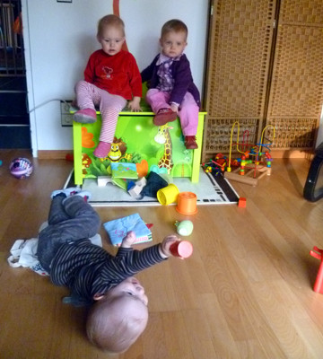 Mila und Amelie auf der Spielkiste.
