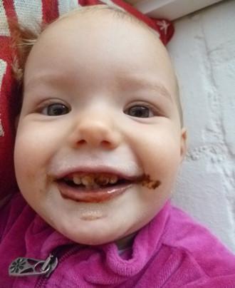 Mila hat Nutella stibitzt.