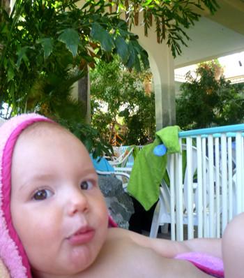 Mila im Schwimmbad.