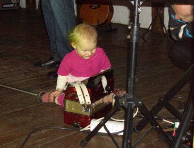 Mila mit einem Akkordeon.