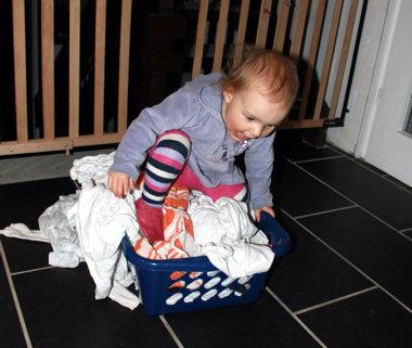 Mila bügelt Wäsche.