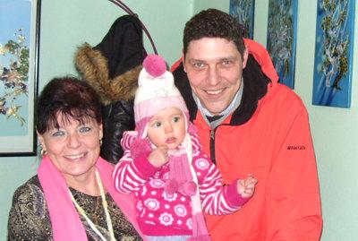 Mila mit Oma und Papa.