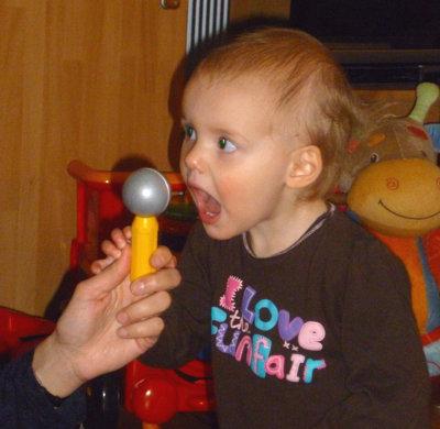 Mila am Mikrofon.