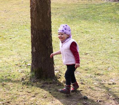 Mila am Apfelbaum