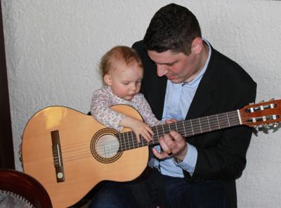 Mila und Papa an der Gitarre.
