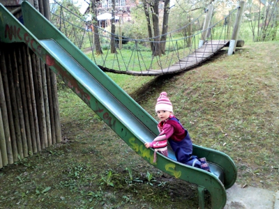 Mila auf dem Kletterturm
