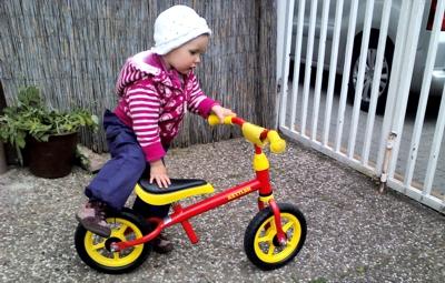 Mila entdeckt das Fahrrad.
