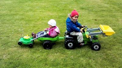 Mila und Jona mähen den Rasen.