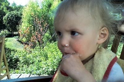 Mila hat ihr erstes Eis am Stiel verputzt.