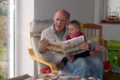 Mila und Opa lesen.