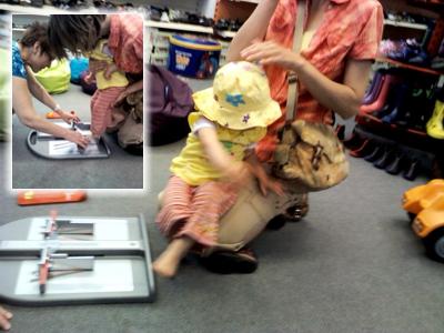 Mila bekommt ihre Füße vermessen.