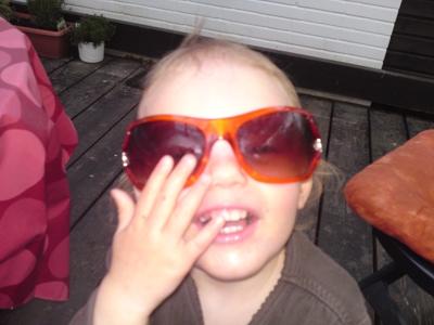 Mila trägt Sonnenbrille.