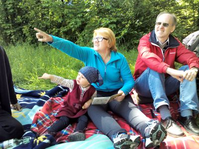 Mila, Sabine und Ferdinand beim Picknick.