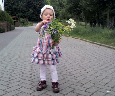 Mila hat Blumen gepflückt.