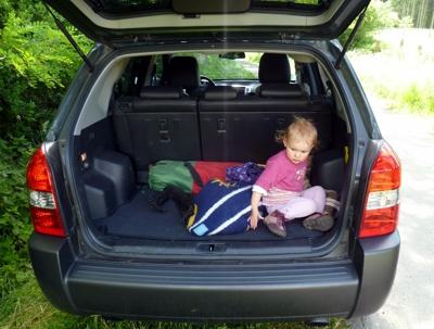 Mila im Kofferraum.