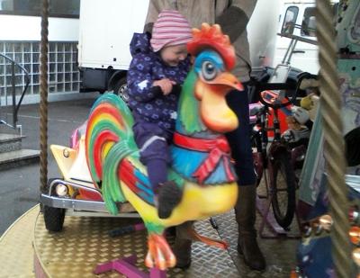 Mila fährt Kinderkarussell.