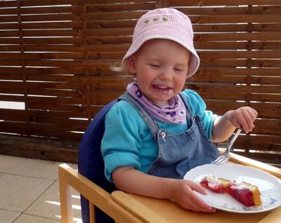 Mila isst Erdbeerkuchen
