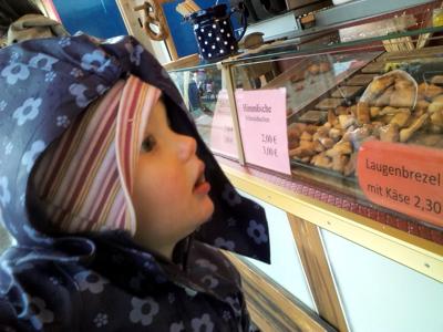 Mila fasziniert von Schmalzkuchen
