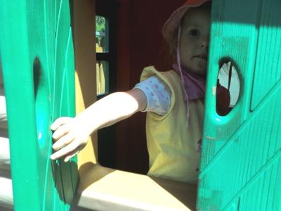 Mila in der Spielhütte.