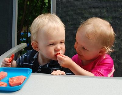 Mila füttert Eliah.